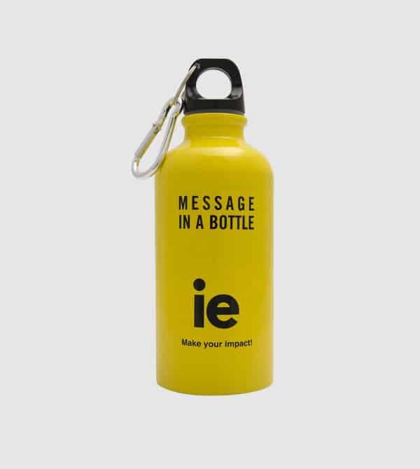 Botella socialmente responsable en amarillo