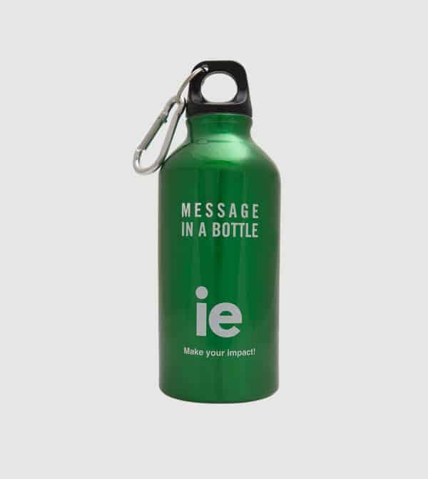 Botella socialmente responsable en verde